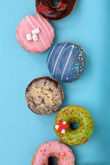 Сладкие цветные пончики
