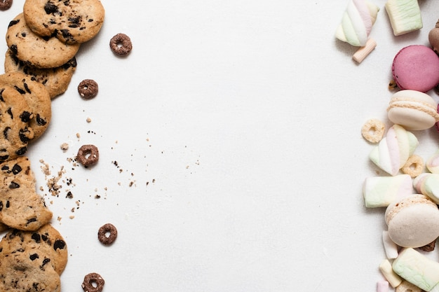 여유 공간이있는 달콤한 화려한 배경. wholegrain 초콜릿 스콘, 마카롱 및 마시멜로 평면도, 수제 생과자 요리 예술, 달콤한 빵집 개념