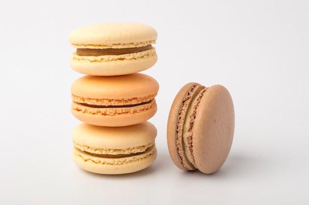 Сладкие красочные печенья macarons на светлом фоне