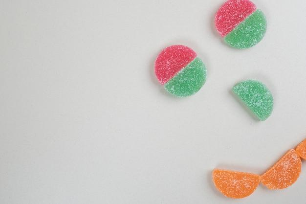 顔のように形作られた甘いカラフルなゼリーキャンディー