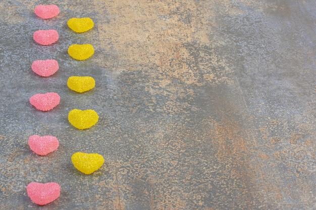 暗い背景に甘いカラフルなゼリーキャンディー。高品質の写真