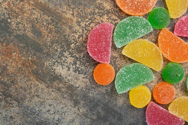 대리석 배경에 달콤한 다채로운 젤리 사탕