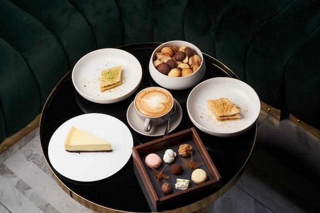 甘いクッキーのスナック、ケーキスライス、テーブルの上のチョコレート菓子、クローズアップ