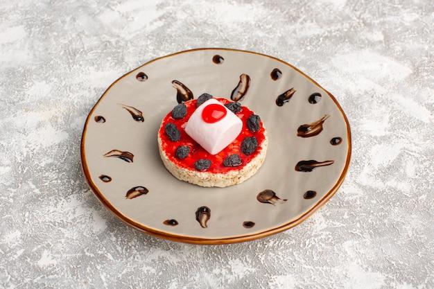 Biscotto dolce con crema di frutta secca all'interno del piatto su grigio