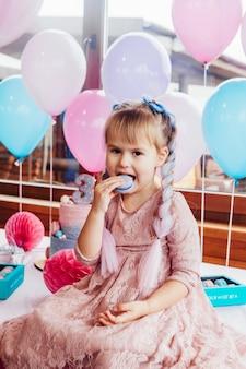 子供の誕生日パーティーのための甘いクッキーとケーキ