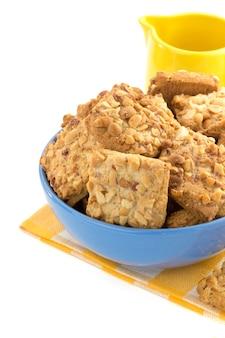 白い表面に分離された甘いクッキー