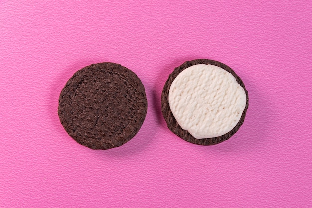 Сладкое печенье на розовом фоне