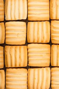 나무 배경에 달콤한 쿠키