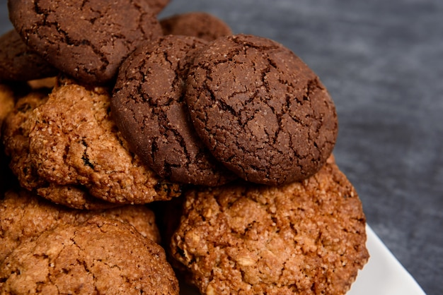 木製のテーブルに甘いクッキー