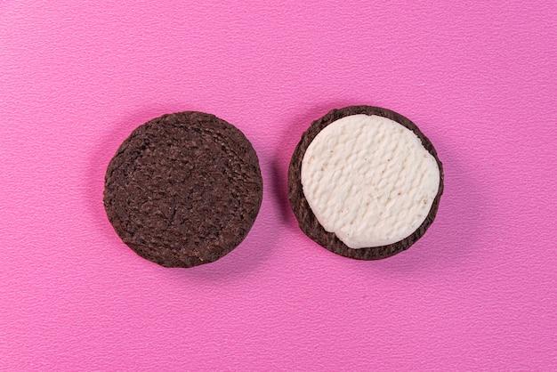 Biscotti dolci su sfondo rosa
