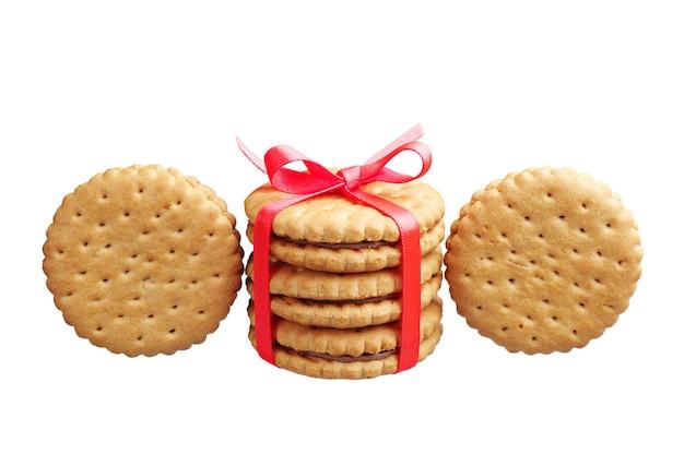 白で隔離の甘いクッキー結ばれたリボン