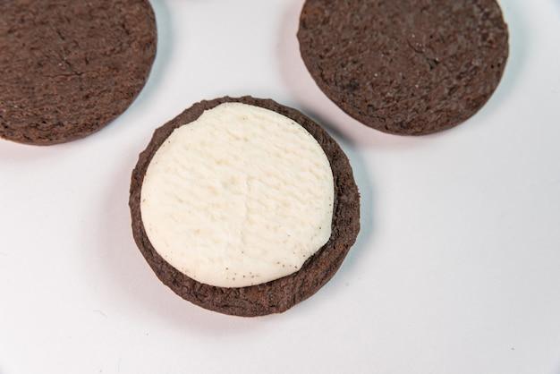 Biscotti dolci su fondo bianco