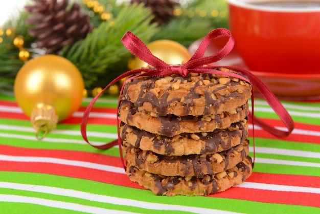 テーブルのクローズアップにお茶と甘いクッキー