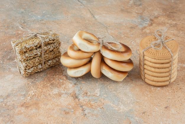 Biscotti dolci con fragole fresche di arachidi in corda