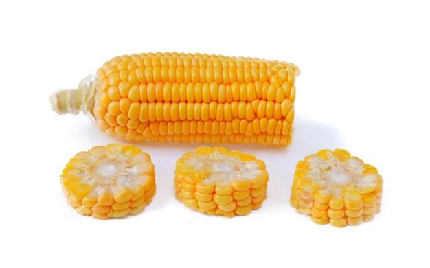 Сладкая кукуруза, изолированные на белом фоне