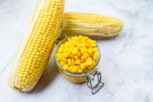 Ядра сладкой кукурузы варят и упаковывают в жестяные банки, чтобы сохранить их вкус и питательные свойства.