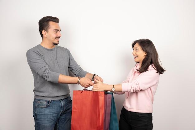화이트에 쇼핑백을 들고 달콤한 커플입니다.