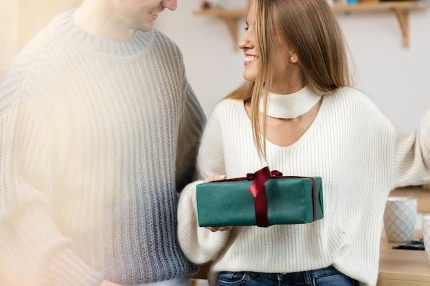 Сладкая парочка открывает рождественские подарки в гостиной дома