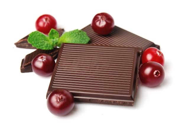 甘いクランベリーとチョコレートが白にクローズアップ