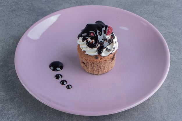 보라색 접시에 달콤한 크림 컵 케 익