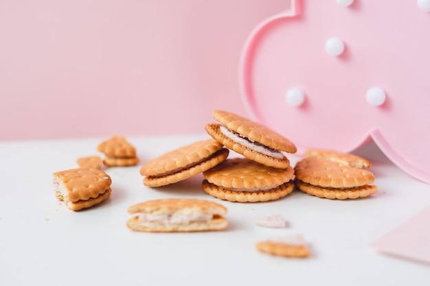 화이트 핑크 파스텔 배경에 달콤한 크림 충전 크래커