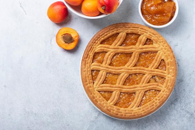 Сладкий пирог с абрикосами и абрикосовым джемом