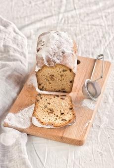 木の板と白いテーブルクロスの上の甘いカップケーキ