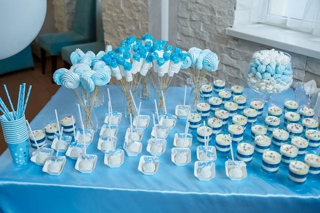 誕生日の子供のための甘いカップケーキとクッキー