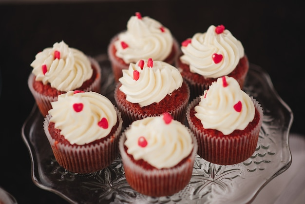 結婚式のキャンディーバーのための甘いカップケーキ