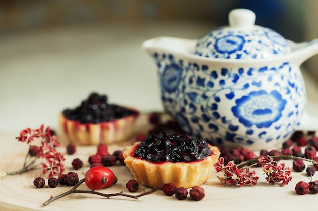 나무 테이블에 신선한 유기농 딸기와 달콤한 컵 케이크