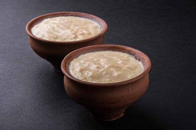 힌디어로 된 달콤한 커드 또는 달콤한 다히, 흙 냄비에 제공, 선택적 초점
