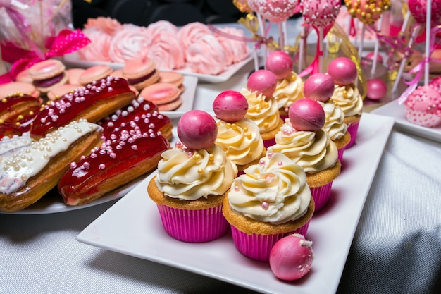 子供の誕生日のための甘い装飾されたカップケーキ