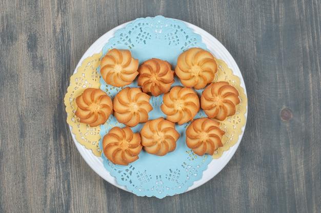 Biscotti di pasta frolla dorati deliziosi dolci in un piatto bianco
