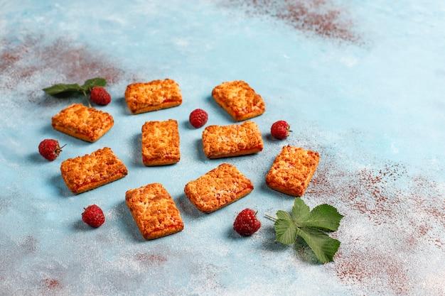 熟したラズベリー、トップビューで甘いおいしいラズベリージャムクッキー