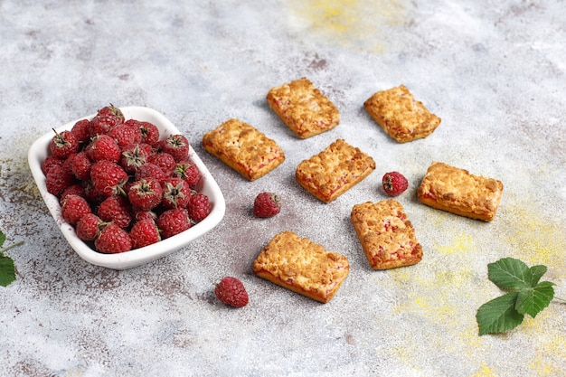Сладкое вкусное печенье с малиновым вареньем со спелой малиной, вид сверху