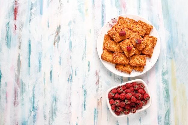 甘いおいしいラズベリージャムクッキー、熟したラズベリー、上面図