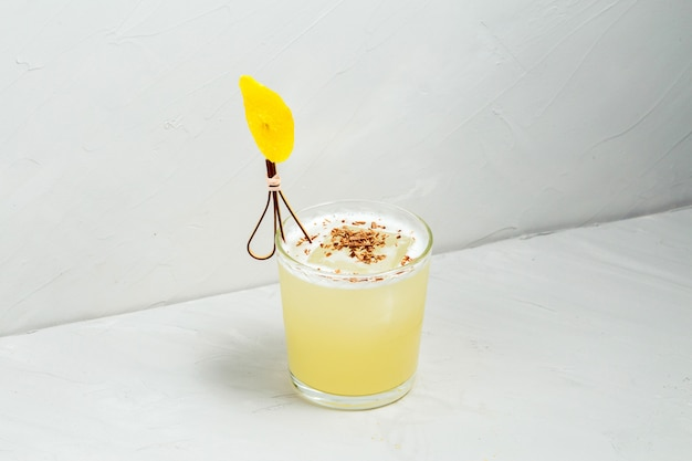 Сладкий вкусный кисло-мутный декорированный коктейль