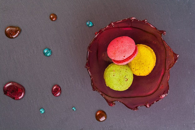 甘いデザートと木製のキャラメルボウルのマカロン