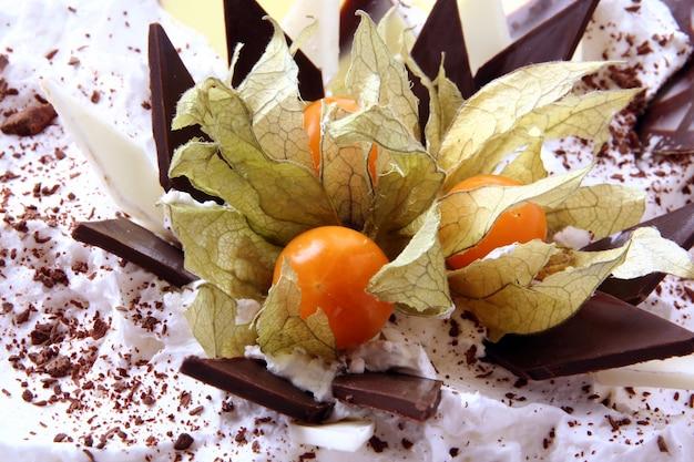 Сладкий десерт фруктовый торт на белом