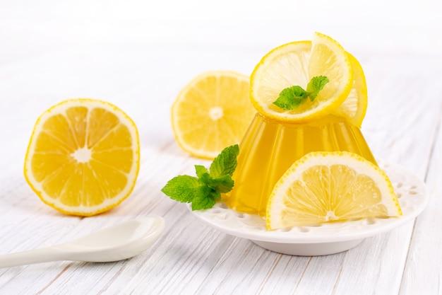 흰색 접시에 레몬 달콤한 디저트 젤리 푸딩
