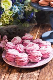 砂糖の花で飾られた甘いデザートマシュマロ