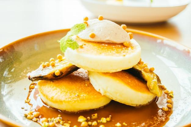 バナナと甘いソースの甘いデザートのパンケーキ