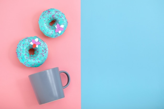 커피 머그잔과 함께 달콤한 도넛 핑크와 블루