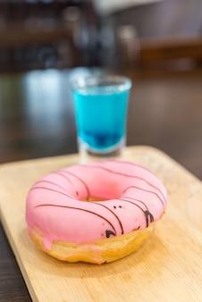 Сладкие пончики с клубникой