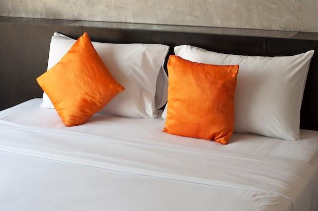 白いベッドとシルクの枕の甘い夢。