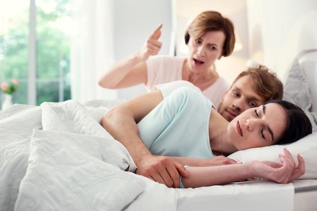 良い夢を。彼女の夫と一緒にベッドにいる間眠っている美しい平和な女性