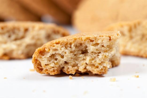 달콤하고 바삭바삭한 쿠키에 설탕을 넣어 잘게 부순,