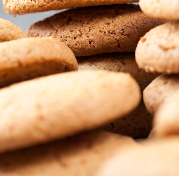 Not sweet dry and crunchy cookies, the porous structure of real round cookies, round cookies made from wheat and oat flour