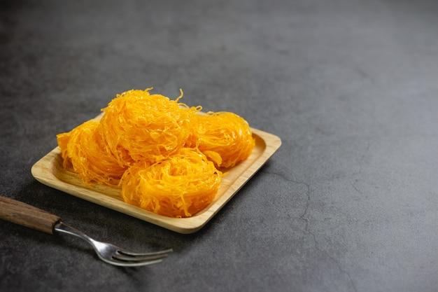 テーブルの上の甘い卵のフロス