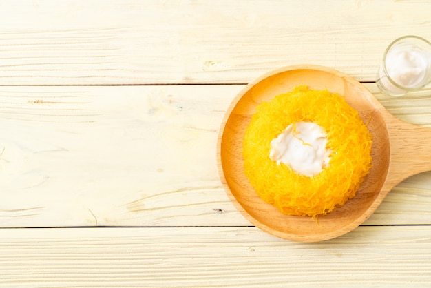 甘い卵蛇紋石のケーキまたは金の卵の黄身の糸のケーキ